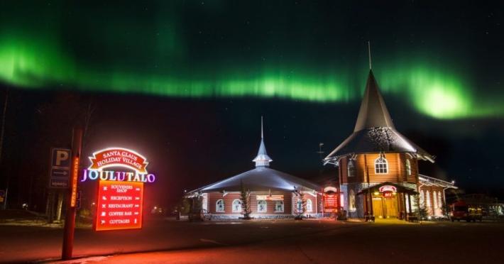 1-christmas-house-northern-lights-2-900x600.jpg